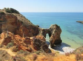 Foto: Felsformationen zwischen Praia da Rocha und Alvor