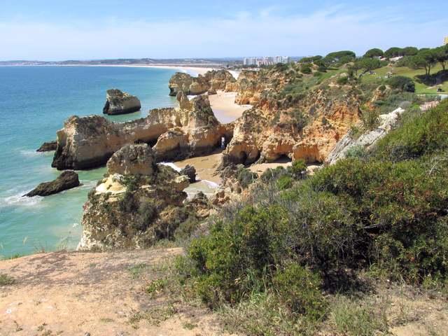 Foto: Blick auf die Küstenlandschaft am Strand von Alvor
