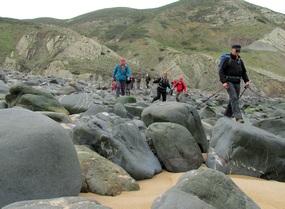 Foto: Die rund gewaschenen Steine am Strand Praia do Cordoama