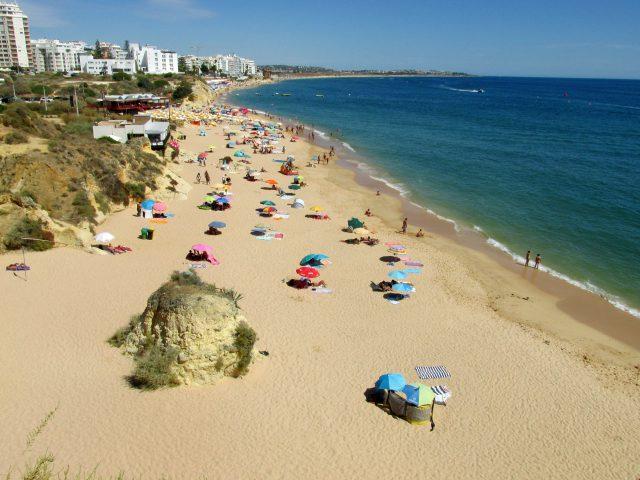 Foto: Strand Praia do Vale do Olival bei Armação de Pêra