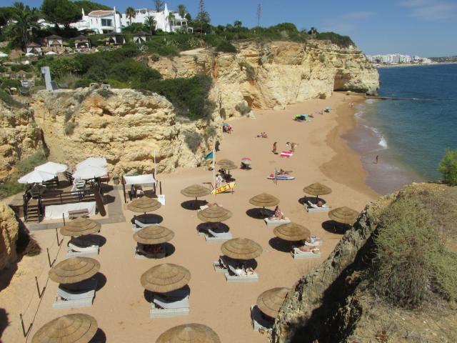 Foto: Strand Praia dos Tremoços bei Armação de Pêra