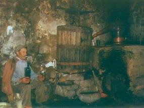 Erdbeerbaumschnaps-Destille