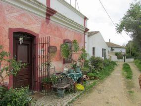 Häuser bei der Wanderung im Hinterland der Algarve bei Paderne