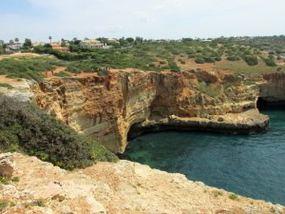 Landschaft der Algarve bei der Wanderung nach Ferragudo
