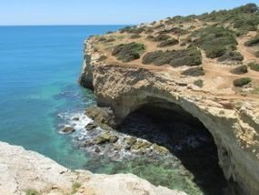 Der Küsten-Wanderweg führt erneut über Grotten